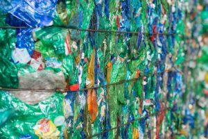 Il riciclo della plastica - Come l'uso della tecnologia nello smistamento della plastica ha spinto i progressi nel riciclo della plastica.